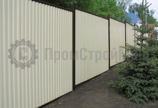 Белый забор из профлиста с полимерным покрытием